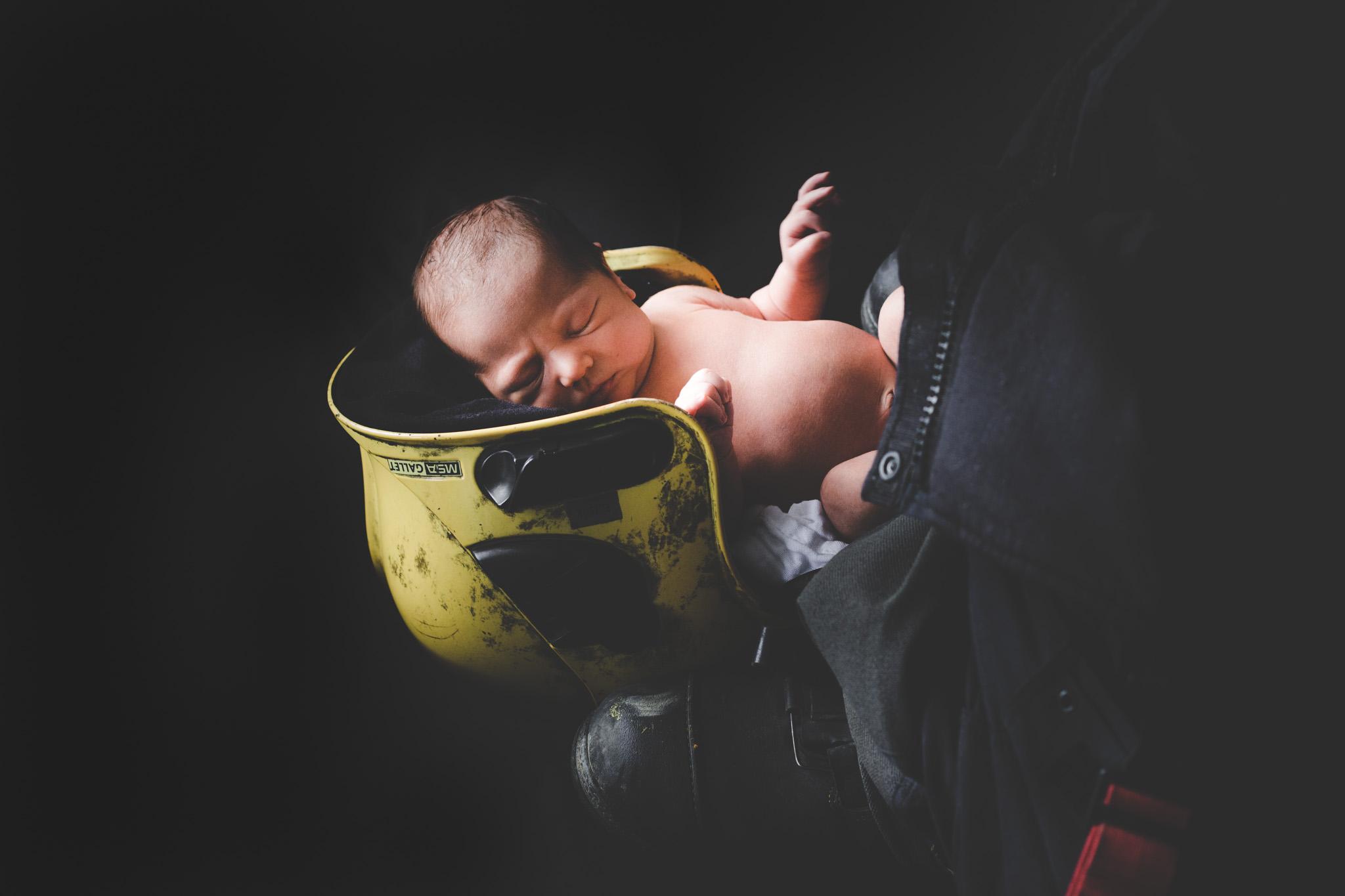 Babyshoot op locatie in brandweer helm