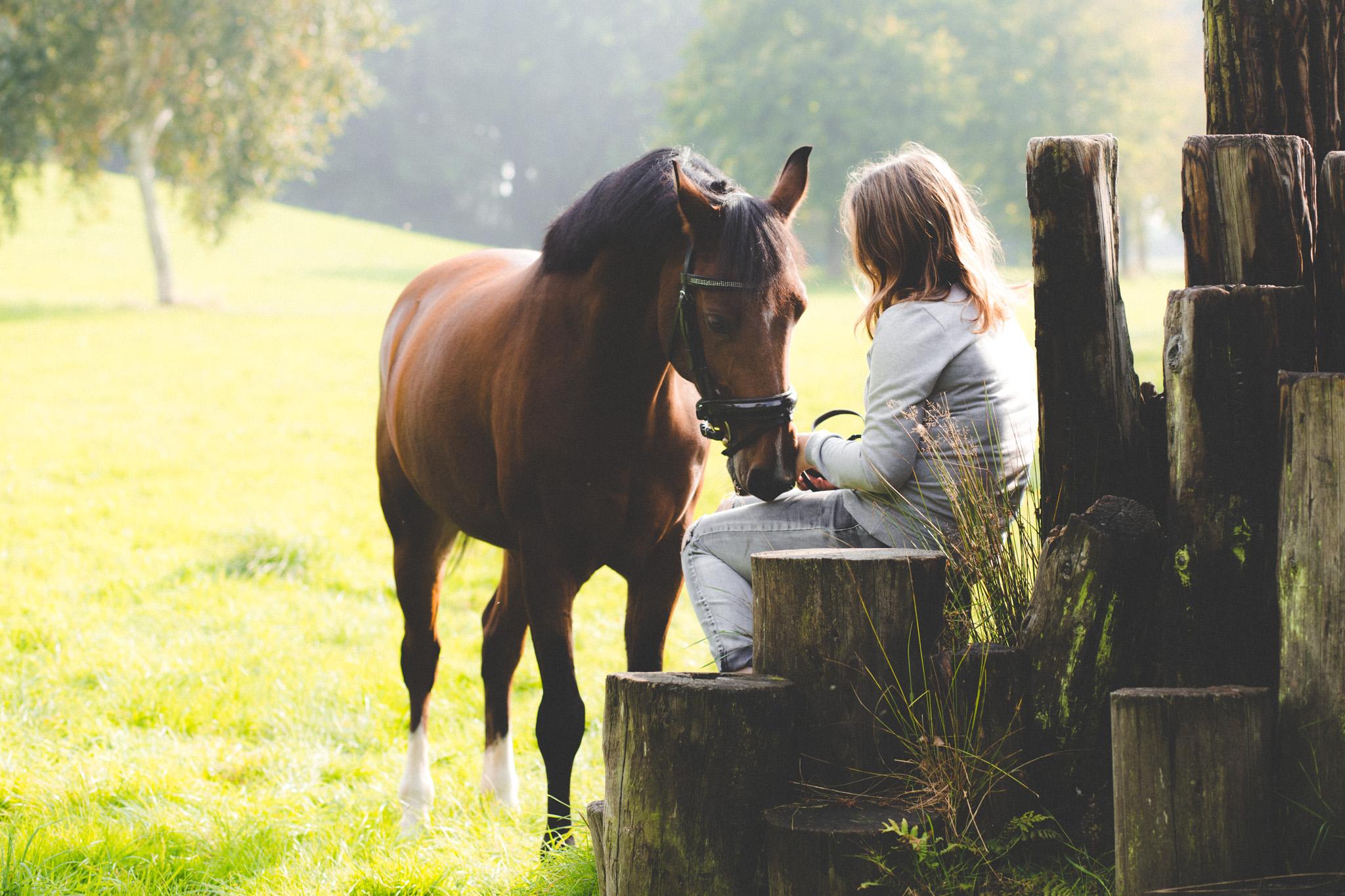 Fotograaf Veendam fotoshoot met paard buiten