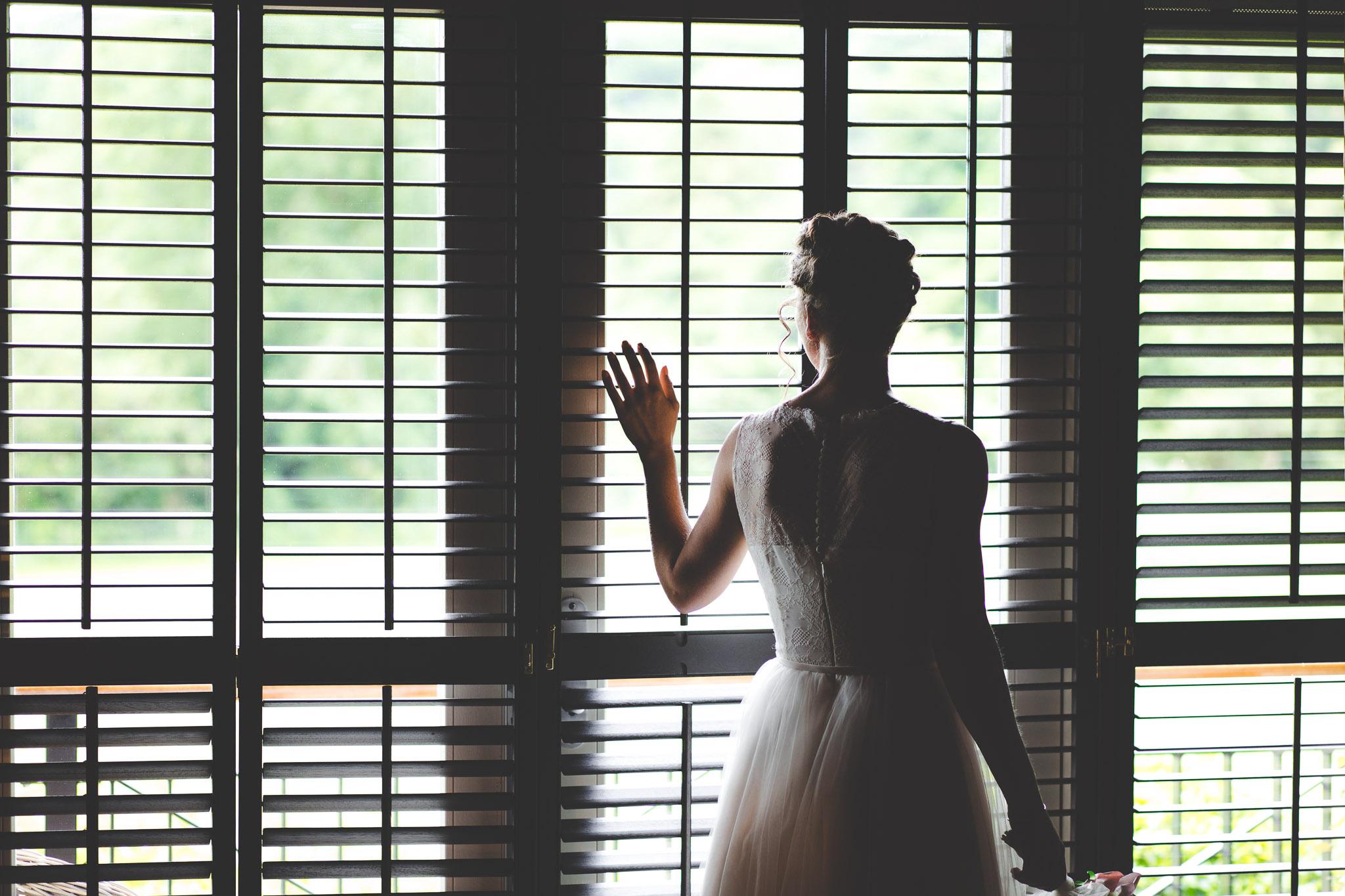 bruiloft mooi portret voor raam in schoorl