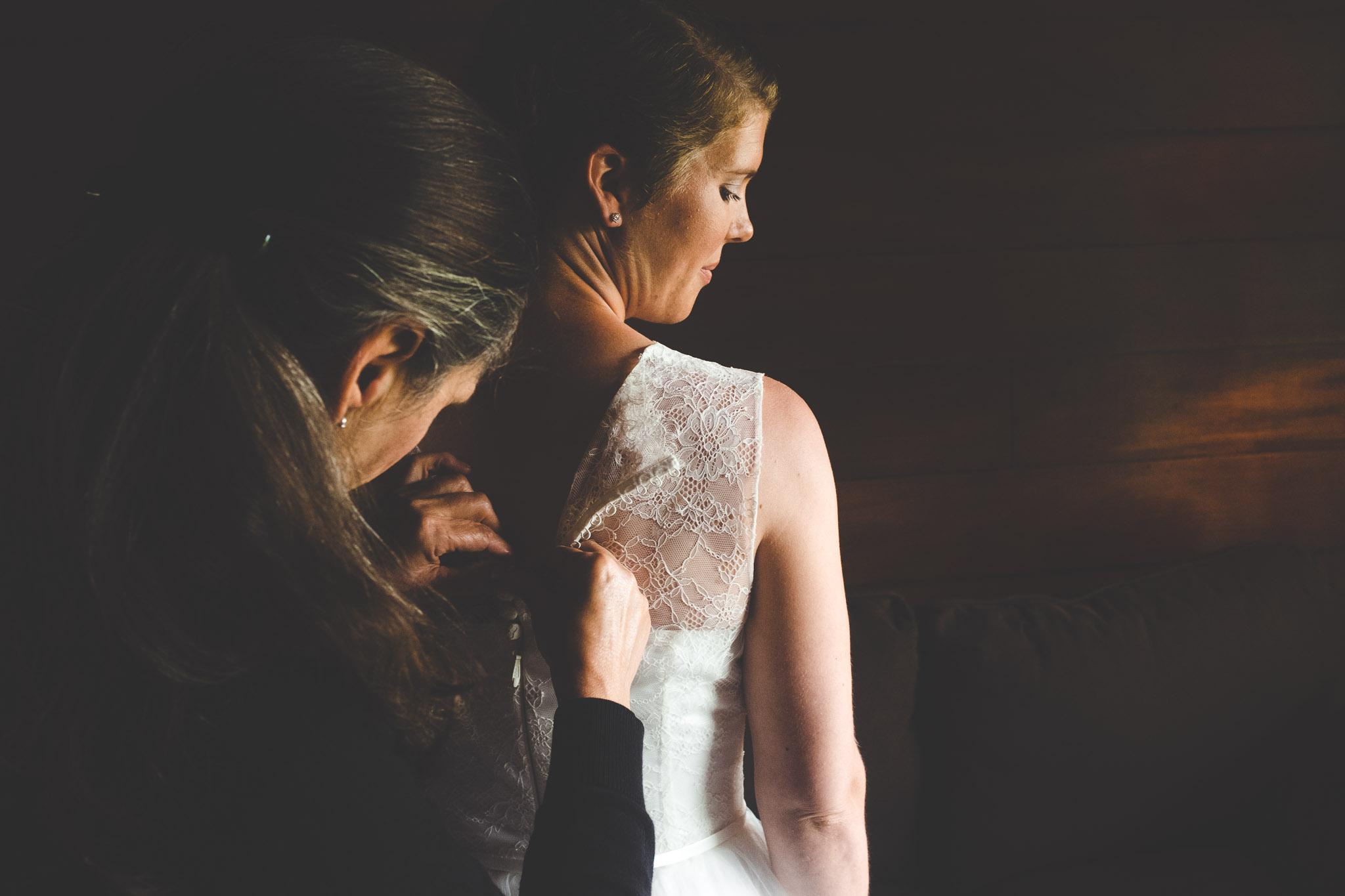 bruiloft in schoorl jurk aandoen