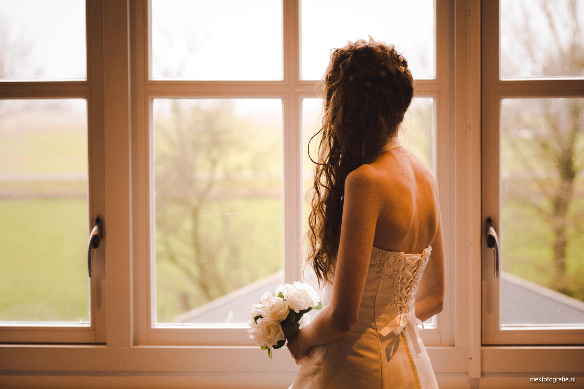 trouwreportage albertsmaheert noordwolde groningen portret bruid voor het raam
