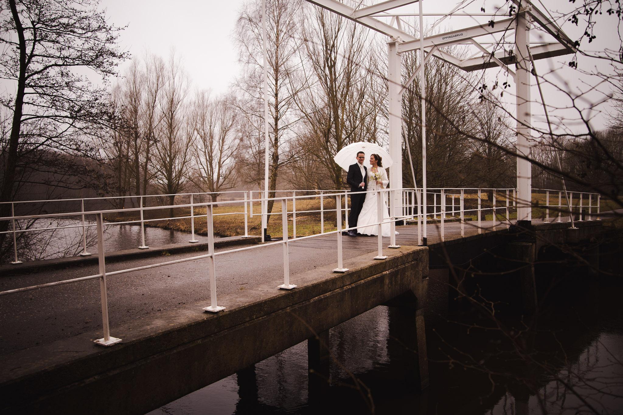 bruiloft veendam reportage anouk hilko portret op de brug