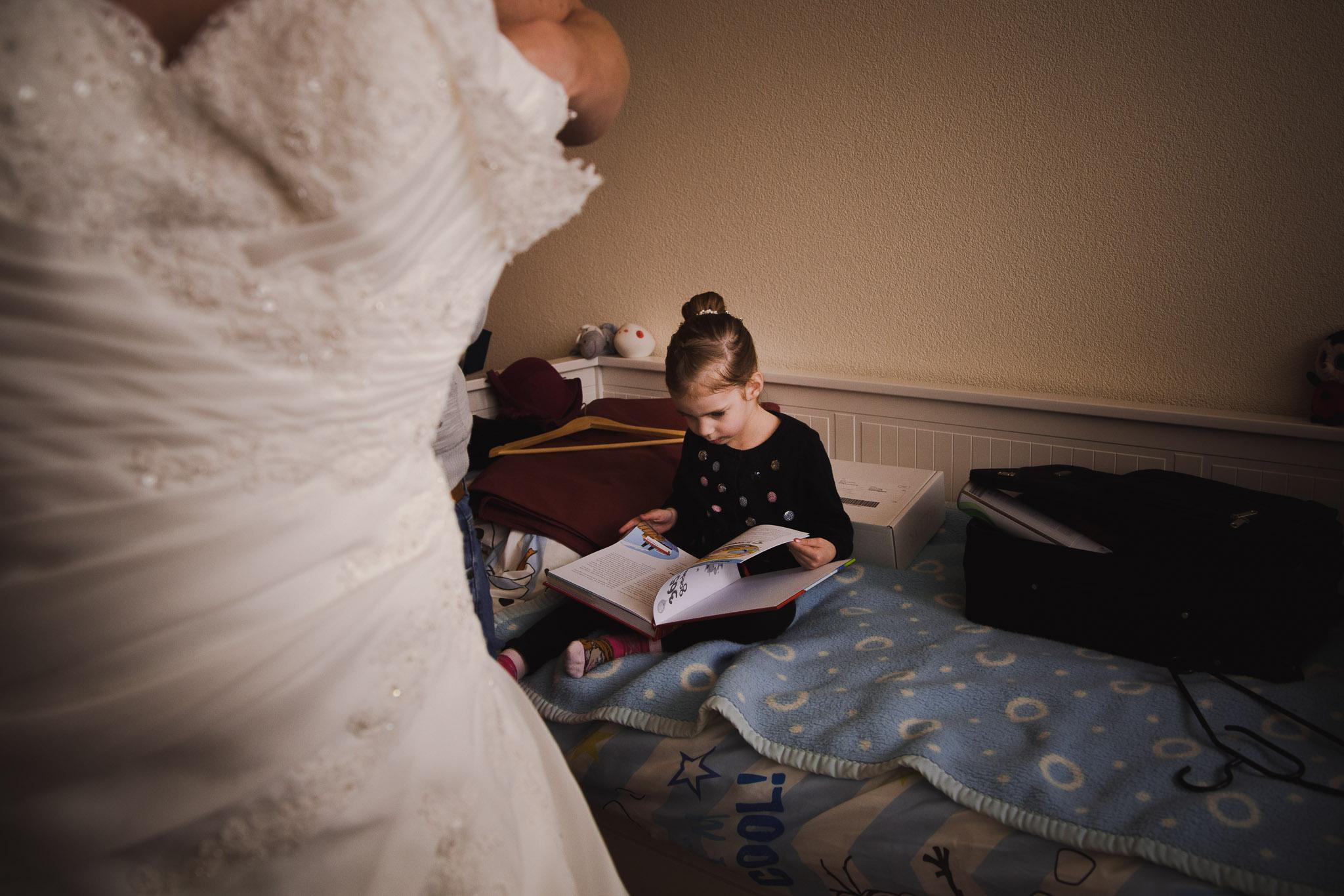 bruiloft veendam reportage anouk portret jurk