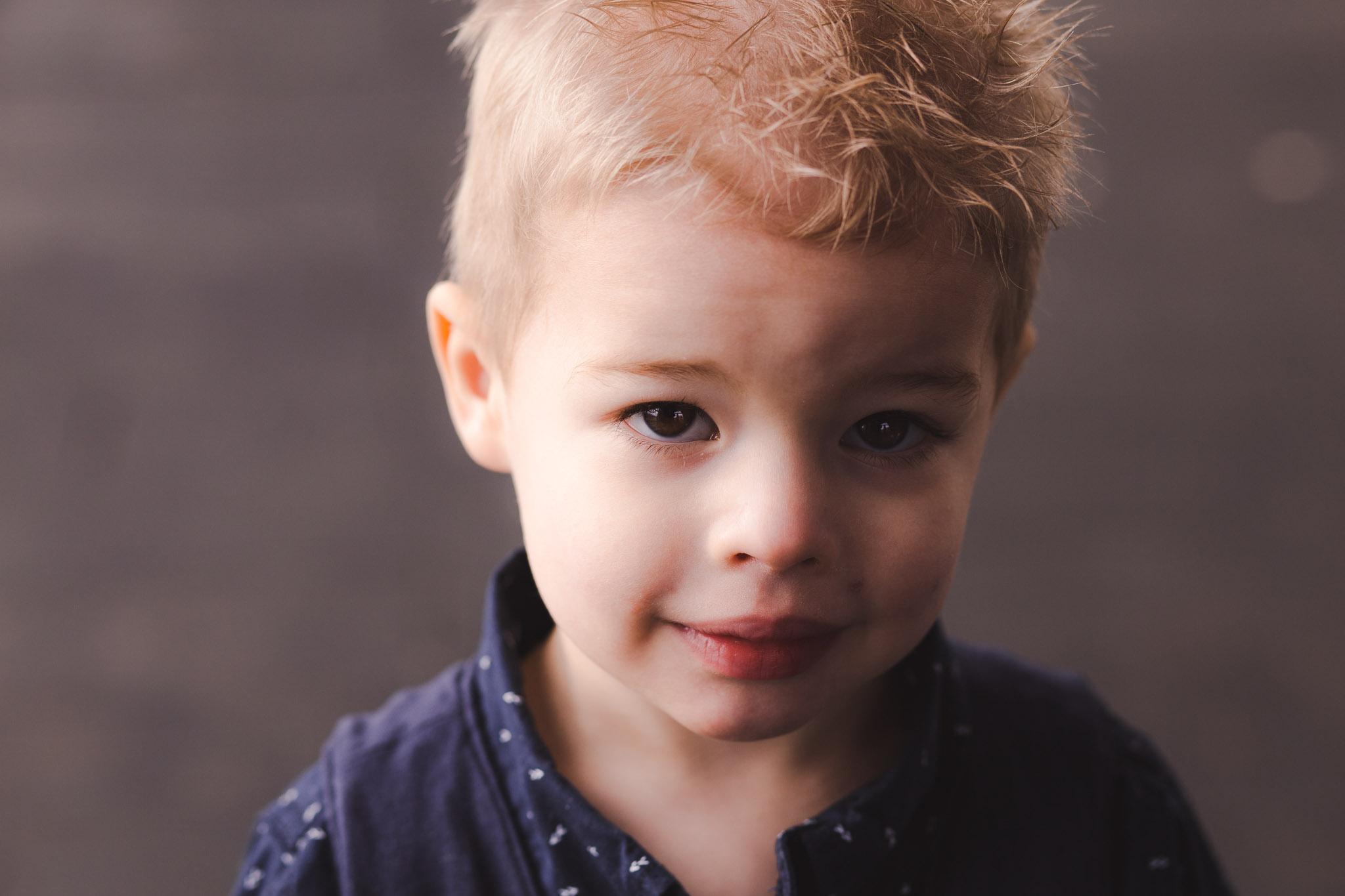 leuk spontaan portret van een jongentje in veendam