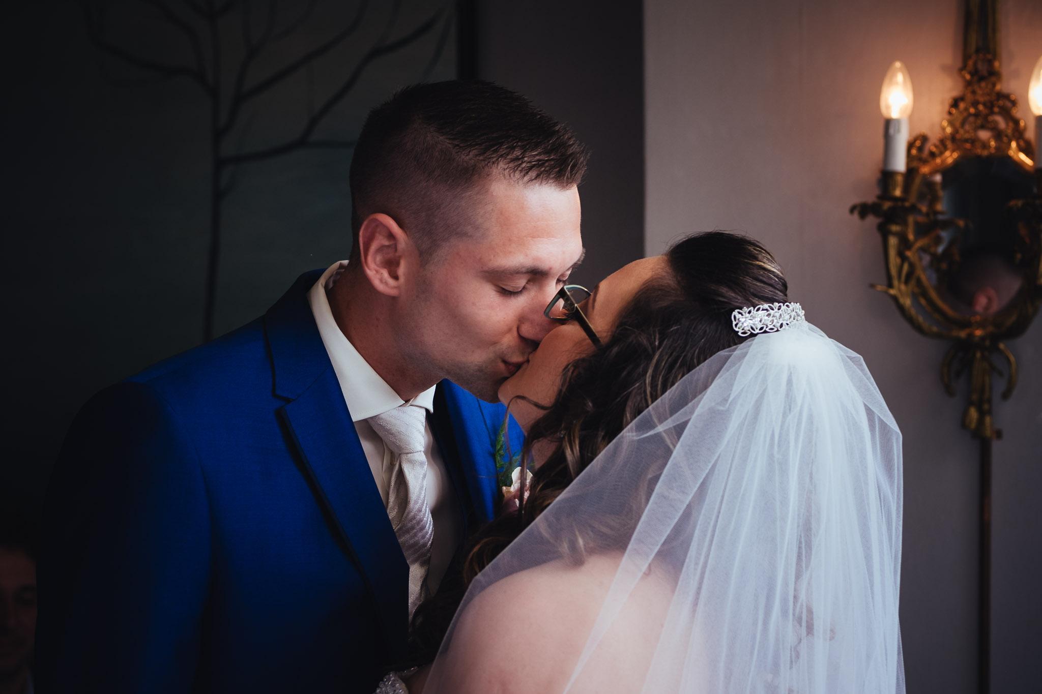 bruiloft op landgoed westerlee in groningen met dilek en tim jawoord de kus